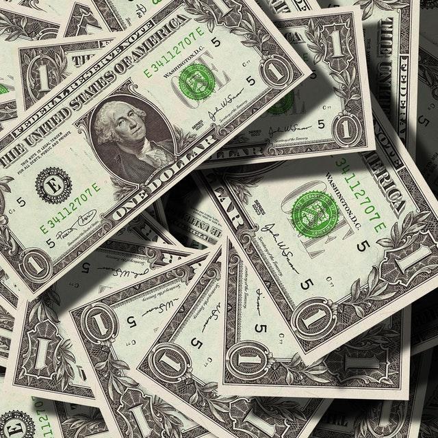 Många sedlar på hög